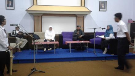 Diskusi Tentang Transparansi Anggaran di Gedung RRI Mataram