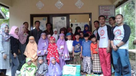 Penyerahan Bantuan Buku dan Alat Tulis Oleh Komunitas Sepeda S2C2 Mataram