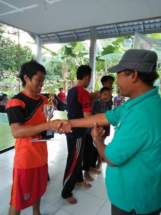 Pemberian Hadiah Tenis Meja yang dianggarkan Lewat Dana Desa (DD) Temin I Tahun 2017