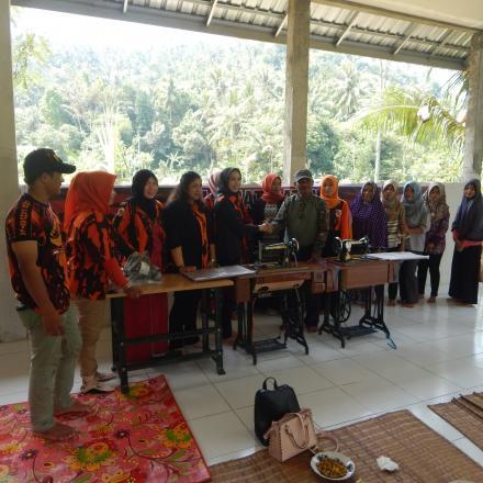 Penerimaan Bantuan Mesin Jahit dari Pemuda Pancasila NTB
