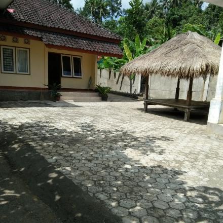 Pemasangan Paving Belok Halaman Poskesdes dari Anggaran Dana Desa (DD) Tahap 2 Tahun 2017