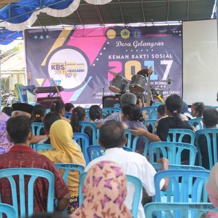 Bakti Sosial Mahasiwa Universitas Mataram (UNRAM) di Desa Gelangsar Tahun 2017