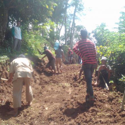 Gotong Royong Ruas Jalan Dusun Lilir Utara Desa Gelangsar tahun 2018